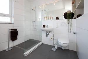 Begehbare ebenerdige Dusche im Bad als Neubau oder Sanierung und Renovierung