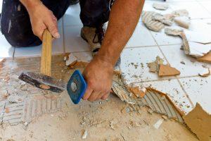 Fliesenleger beim der Sanierung sowie Renovierung von einem Fliesenleger im Bad der Firma Fliesenfachgeschäft Rüdiger Schmid GmbH