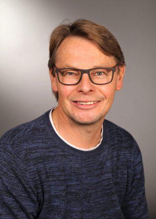 Zeigt Fliesenleger Meister Rüdiger Schmid als Geschäftsführer der Firma Fliesenfachgeschäft Rüdiger Schmid GmbH